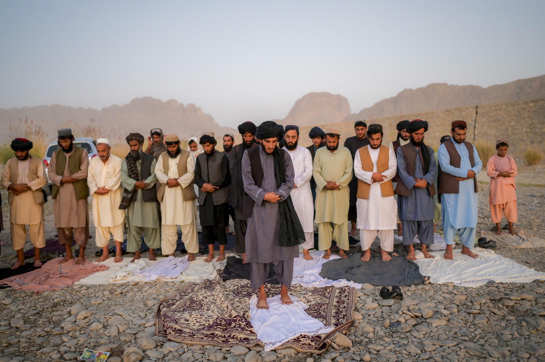 Talibanes rezan a orillas de un río en el distrito de Arghandab, cerca de Kandahar, en el sur de Afganistán, el 23 de septiembre de 2021