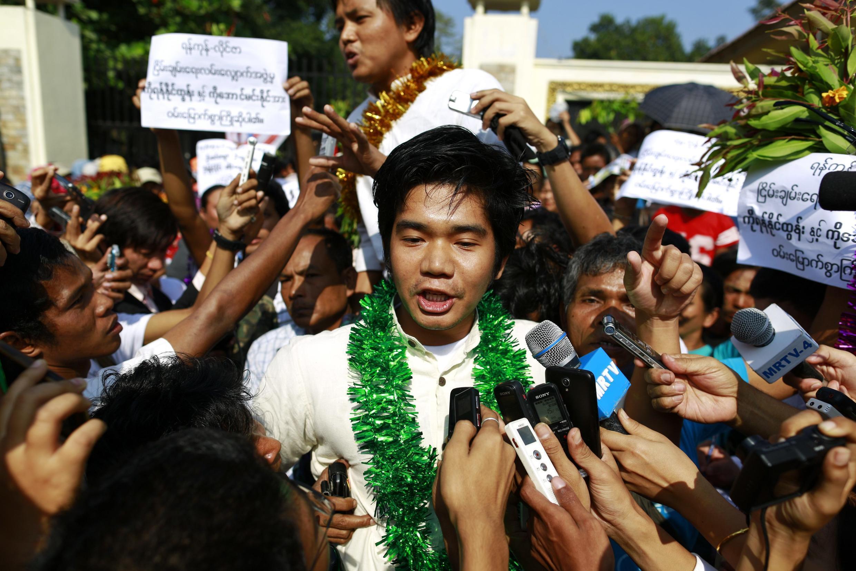 Yan Naing Tun (au centre) s'est adressé à la presse à sa sortie de prison. Derrière lui, un autre prisonnier libéré : Aung Min Naing. Rangoon, le 31 décembre 2013.