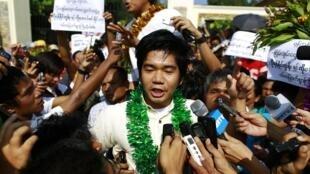 Yan Naing Tun, tare da dinbim mutanen kasar Myanmar da ke murnar shirin sako fursononin siyasa a Myanmar