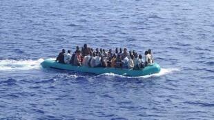 Лодка с африканскими мигрантами в Средиземном море (архив)
