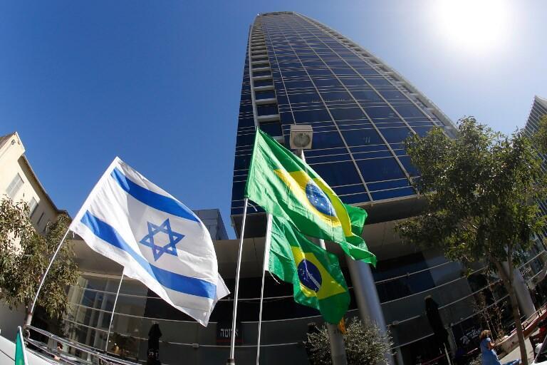 پرچمهای اسرائیل و برزیل برفراز دفاتر مسکونی سفارت برزیل در تلآویو. ٢٨ اکتبر ٢٠۱٨