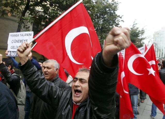 Istanbul, le 24 janvier 2012. Des Turcs manifestent devant le consulat de France pour protester contre la loi punissant la négation du génocide arménien.
