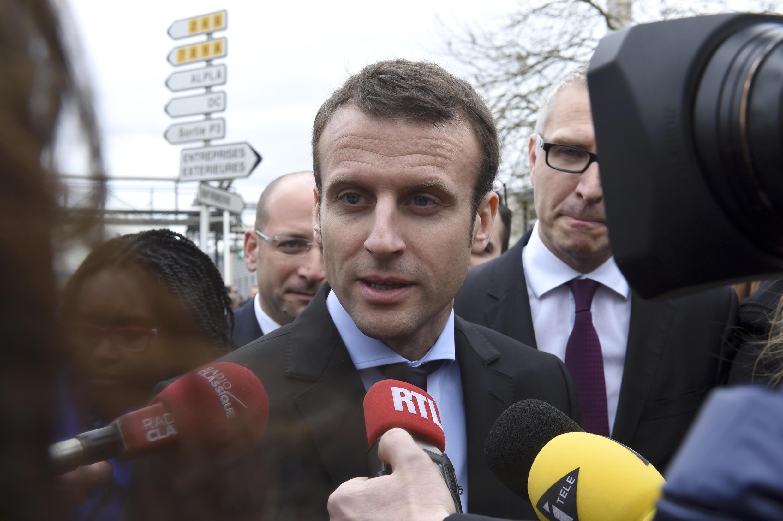 Emmanuel Macron, s'adressant aux médias après sa visite de l'usine Procter and Gamble. Amiens, le 6 avril 2016.