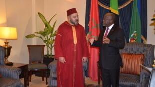 Mfalme wa sita wa Morocco, Mohamed akiwa na mwenyeji wake Rais wa Tanzania, John Pombe Magufuli, Ikulu, Dar es Salaam, 24 October 2016.