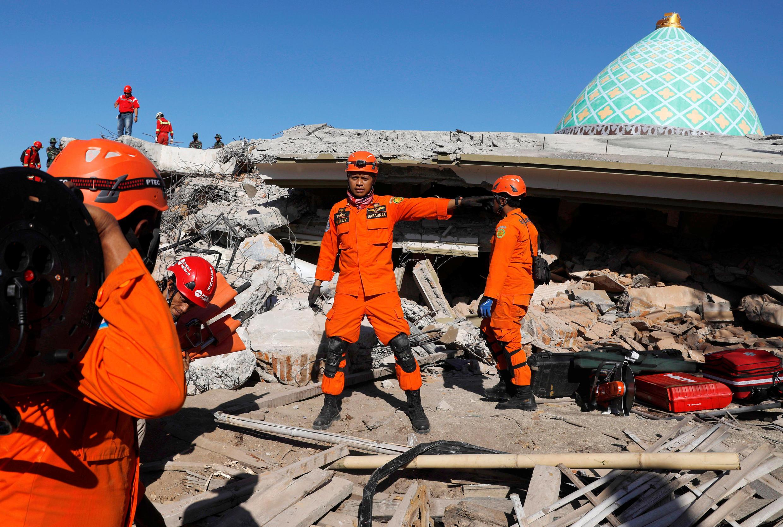 A Pemenang (Lombok), les secours s'activent dans les décombres, ce 8 août 2018.