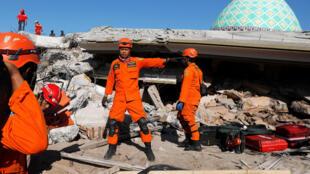 Các nhân viên cứu hộ vẫn tìm kiếm các nạn nhân tại một ngôi đền bị phá sập do động đất ngày 05/08/2018, ở Pemenang, Lombok, Indonesia. Ảnh chụp ngày 08/08/2018