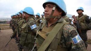 Une section des forces spéciales guatémaltèques écoute attentivement les consignes du représentant spécial du secrétaire général des Nations unies en RDC et chef de la Monusco.