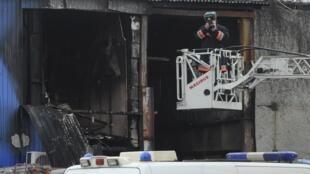 Полицейский следователь на месте пожара на Качаловском рынке. Москва 03/04/2012
