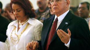 Roberto Micheletti (D) et son épouse Xiomara (G) en train de prier, à Tegucigalpa, le 23 novembre 2009.