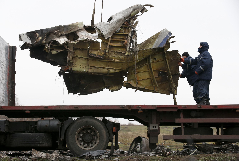 Mảnh vỡ chiếc phi cơ trong chuyến bay MH17 của hãng Malaysian Arlines được thu nhặt để chuyển đến Hà Lan xem xét. Ảnh chụp ngày 17/11/2014.