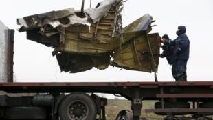 Xác chiếc máy bay mang số hiệu MH17 của Malaysian Arlines được đưa về Hà lan để phân tích.