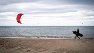 Le kitesurfer Julian Krikken sur la plage des Coussoles le 7 juin 2020 à Franqui dans l'Aude, au sud de la France