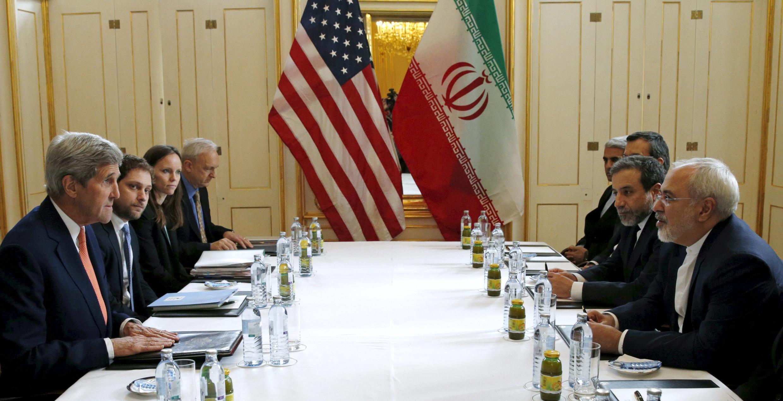 Le secrétaire d'Etat américain John Kerry (g)  à Vienne, ce samedi 16 janvier 2016.
