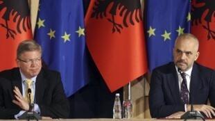 Le commissaire à l'élargissement Stefan Fuele, à gauche, et le Premier ministre albanais Edi Rama, à droite, lors d'une conférence de presse à Tirana le 4 juin dernier.