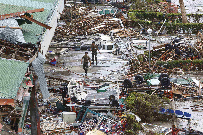 Imagem de destruição na cidade portuária de Tacloban após a passagem do supertufão Hayan.