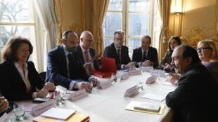O primeiro-ministro Edouard Philippe (à esquerda) se reúne com o principal sindicato da França, a CGT, para encontrar uma saída para o impasse da reforma da Previdência. 18 de dezembro de 2019.