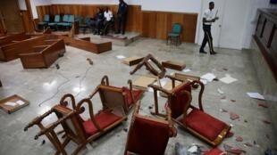 La salle du Sénat haïtien après le saccage de quatre sénateurs de l'opposition, à Port-au-Prince, le 30 mai 2019.