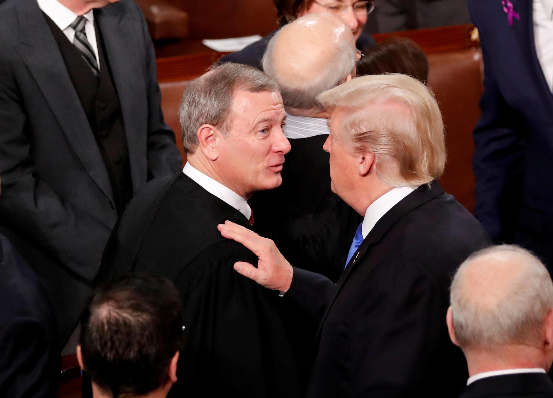 Tổng thống Mỹ Donald Trump (P) và chánh án Tòa Án Tối Cao John Roberts, ngày 30/01/2018 tại Washington.