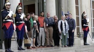 Les «héros du Thalys» et leurs proches, au palais de l'Elysée, à Paris, le 24 août 2015.