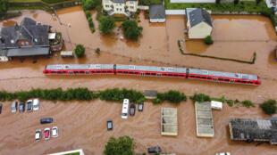 Un train flottant dans les eaux de la crue à Kordel, Allemagne