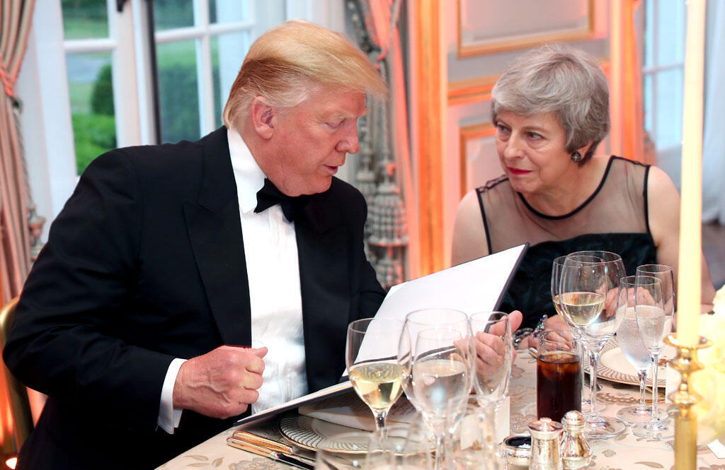 Rais wa Marekani Donald Trump na Waziri Mkuu wa Uingereza Theresa May wakiongea wakati wa chakula cha jioni kilichoandaliwa na mkewe Trump, Melania Trump, Winfield House wakati wa ziara yao rasmi London Juni 4, 2019.