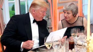 Le président américain Donald Trump et la Première ministre britannique Theresa May prennent la parole lors d'un dîner organisé par la première dame Melania Trump à Winfield House, lors de leur visite officielle à Londres, le 4 juin 2019.