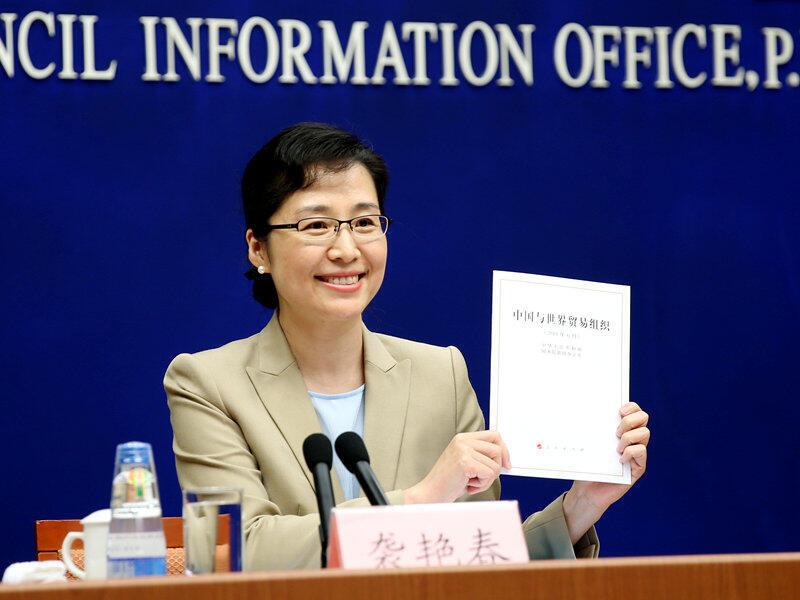 """Phát ngôn viên Phòng Thông tin Hội đồng Nhà nước Trung Quốc giới thiệu văn bản """"Trung Quốc và Tổ chức Thương Mại Thế Giới"""" trong một hội nghị ngày 28/06/2018 tại Bắc Kinh."""