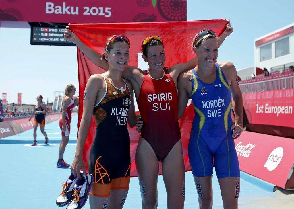 首届欧运会女子铁人三项选手:荷兰的克拉默,瑞士的斯皮里格,瑞典的诺顿2015年6月13日巴库疆的巴库,2015年6月13日的女子铁人三项比赛的姿势。