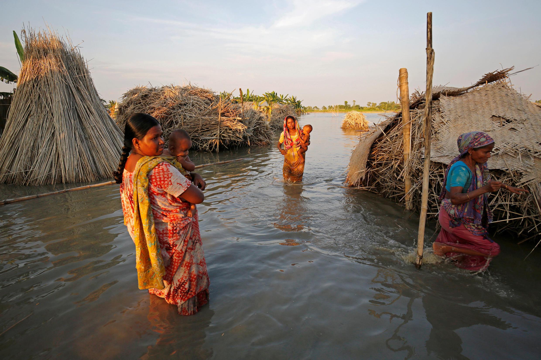 La vie au milieu des flots à Bogra, au Bangladesh, le 20 août 2017.