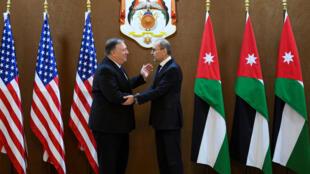 Le secrétaire d'Etat américain Mike Pompeo (g) avec son homologue jordanien Ayman Safadi, le 8 janvier 2019 à Amman.