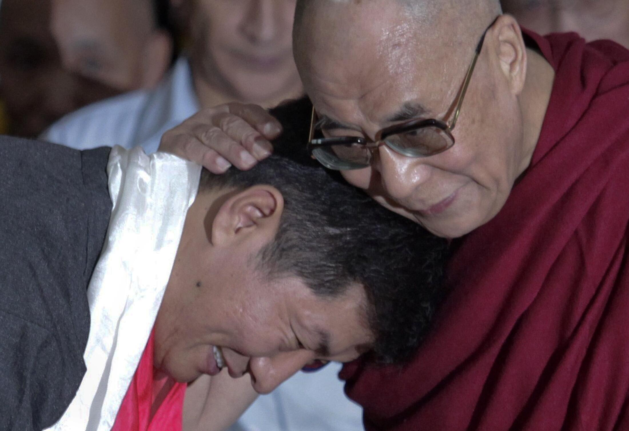 O novo líder tibetano, Lobsang Sangay,  recebe os cumprimentos do Dalai Lama.