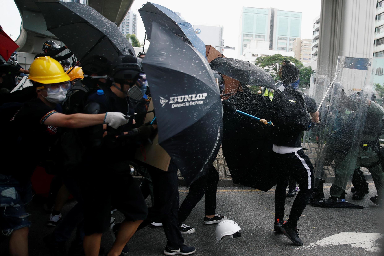 Manifestantes desafiam autoridade da polícia em final de semana de protestos ilegais
