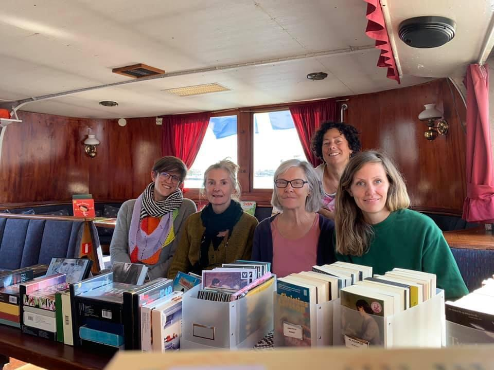 Le Bokbaten, le bateau-bibliothèque va transporter des livres, plus de 3000, pour aller visiter 23 îles, un service organisé par les bibliothèques du Comté de Stockholm depuis 66 ans.