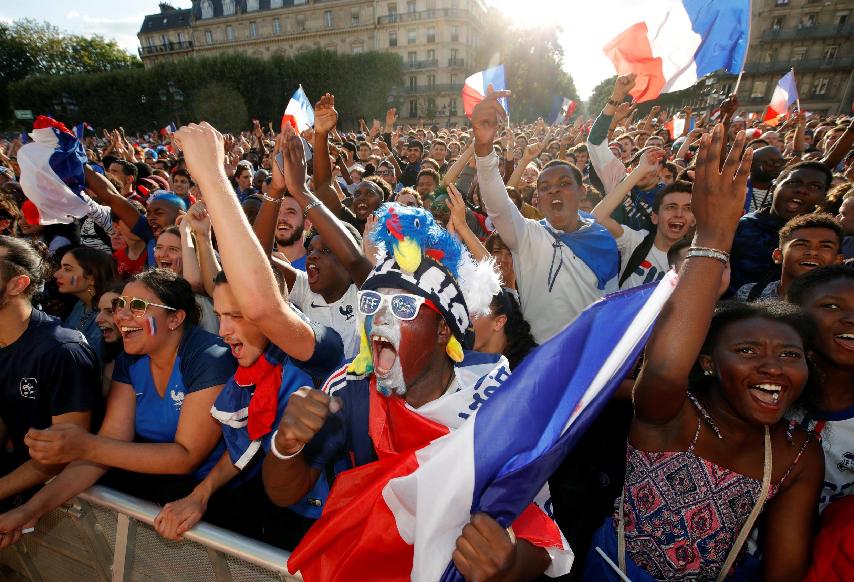 Des supporters français en liesse place de l'Hôtel de Ville le 10 juillet 2018.