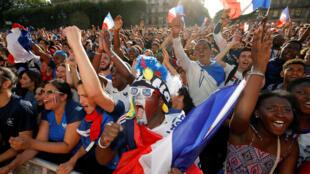 Pour porter le maillot officiel de l'équipe de France, il faut débourser au moins 85 euros. Ensuite, il y a les accessoires...