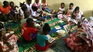 Séance de lecture au Centre Eulis d'Abidjan.