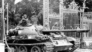 Xe tăng quân đội miền Bắc tiến vào Dinh Độc lập ngày 30/04/1975.