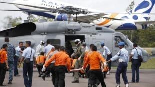 Experts internacionais em segurança érea como os franceses da BEA se juntam ao exército indonésio, em Kalimantan, na tentativa de recuperar novos corpos nesta sexta-feira, 2 de janeiro de 2015.