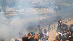 Mouvement de panique après des tirs israéliens de gaz lacrymogène vendredi après la prière à l'extérieur de la vieille ville de Jérusalem, le 21 juillet.
