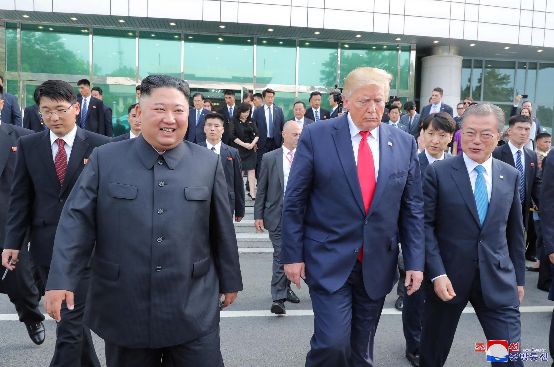Tổng thống Mỹ Donald Trump, lãnh đạo Bắc Triều Tiên Kim Jong Un (T) và tổng thống Hàn Quốc Moon Jae-in trong cuộc gặp tại vùng phi quân sự liên Triều, ngày 30/06/2019.