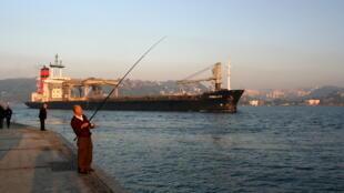 Pêcheur et pétrolier sur le Bosphore.