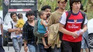 Người Duy Ngô Nhĩ Trung Quốc, trong đó có nhiều em nhỏ, qua Thái Lan tị nạn. Ảnh chụp tại Songkhla, nam Thái Lan ngày 15/03/2014.