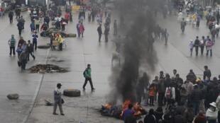 En El Alto se levantaron barricadas en la calle para cortar la circulación