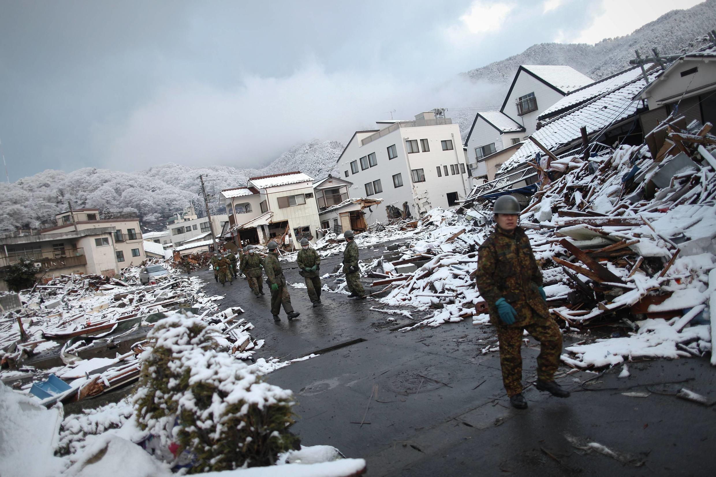 Neve torna o trabalho das equipes de socorro ainda mais difícil no Japão.
