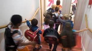 Cerca de 12 milhões de alunos voltaram às aulas nesta terça-feira (1) na França.