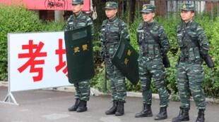 圖為雲南一個高考考場前由武警站崗