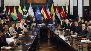 a Unión de Naciones Sudamericanas (Unasur)  reunida en una cumbre presidencial de emergencia en Lima reconoció la madrugada  del viernes a Nicolás Maduro como presidente de Venezuela y pidió al candidato  opositor Enrique Capriles reconocer los resultados