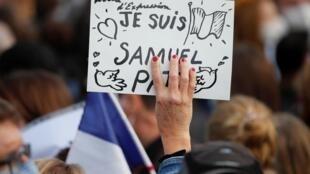De nombreux manifestants, place de la Republique, s'interrogent également sur l'influence des réseaux sociaux dans la mort de Samuel Paty, dimanche 18 octobre 2020.