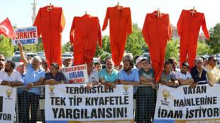 Manifestantes pedem a pena de morte para os suspeitos de participação no golpe de Estado frustrado na Turquia diante da sala do julgamento.