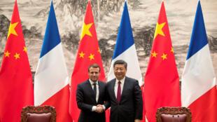 ប្រធានាធិបតីបារាំង Emmanuel Macron ចាប់ដៃជាមួយលោក Xi Jinping នៅវិមានប្រជាជនចិន ក្រុងប៉េកាំង ថ្ងៃទី៩ មករា ២០១៨